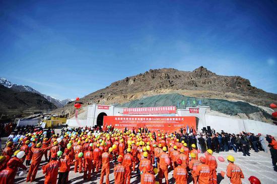 2016年2月27日在乌兹别克斯坦安格连-帕普铁路卡姆奇克隧道出口拍摄的全隧贯通仪式现场。 新华社记者沙达提摄