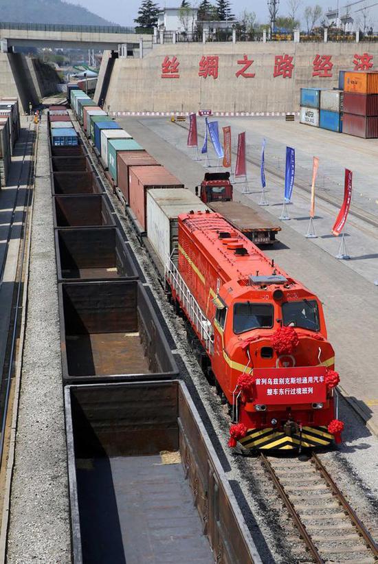 2017年4月13日,来自乌兹别克斯坦的汽车整车集装箱班列驶入连云港中哈物流合作基地。 当日,来自乌兹别克斯坦的载有50个汽车整车集装箱的班列驶入江苏连云港中哈物流合作基地,这批汽车将于14日通过海上航线运往韩国。本次班列的开通填补了新亚欧大陆桥东行整车货源过境连云港的历史空白,标志着连云港港正式贯通中亚与东北亚之间的货物东西双向循环运输。 新华社发(王健民 摄)